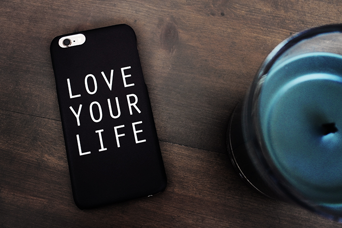 idiwa_lyx_designskal_iphone66s_svart_love_your_life_1_webben